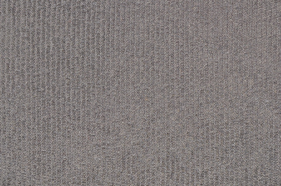 šedý koberec