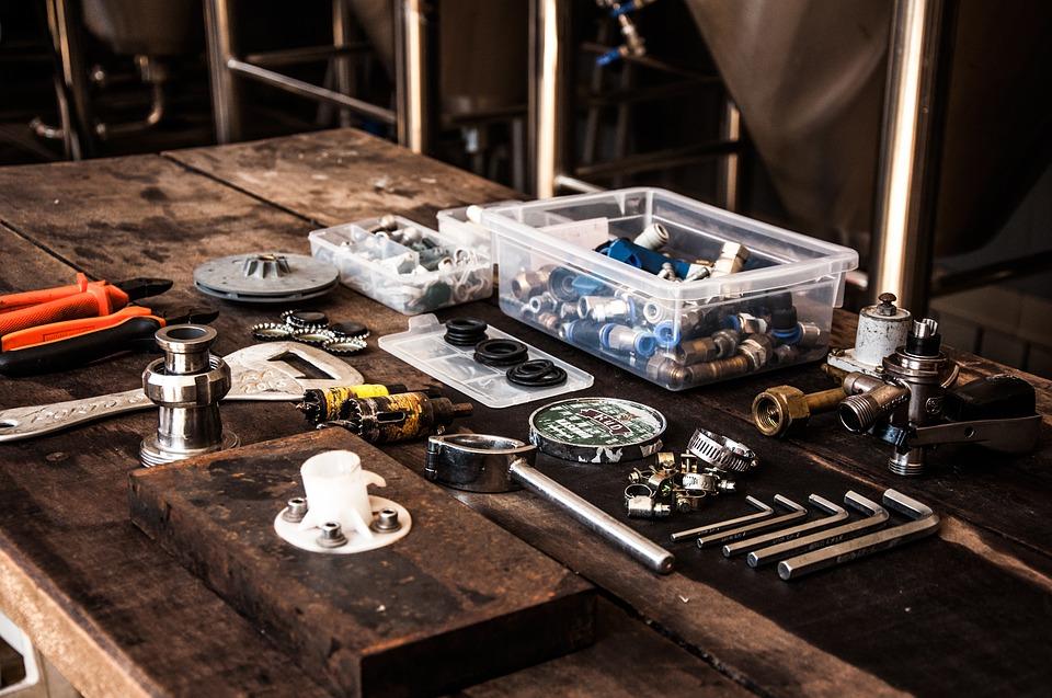 stůl s nástroji